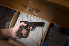 Hand som når för handeldvapen Arkivfoton