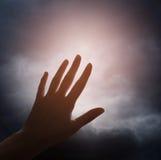 Hand som når för molnet Arkivfoto