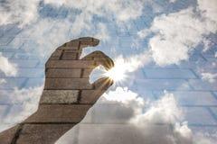 Hand som når för solen Arkivfoto