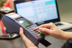Hand som nallar kreditkorten Royaltyfria Foton