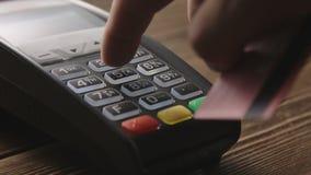 Hand som nallar kreditkorten på pos.-terminalen stock video