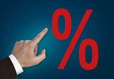 Hand som pekar på begrepp för procentsatstecken Arkivfoto