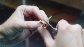 Hand som polerar guld- smyckencirkeljuvelerare lager videofilmer