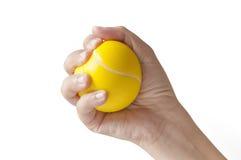 Hand som pressar en spänningsboll Arkivbild