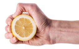 Hand som pressar halva av citronen royaltyfria foton