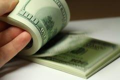 Hand som räknar pengardollarcloseupen Royaltyfri Foto