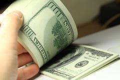 Hand som räknar pengardollarcloseupen Arkivbilder