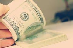 Hand som räknar pengardollarcloseupen Arkivbild