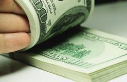 Hand som räknar pengardollarcloseupen Royaltyfria Bilder