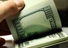 Hand som räknar pengardollarcloseupen Royaltyfri Fotografi