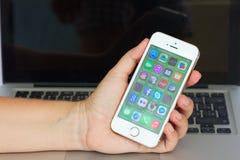 Hand som rymmer Apple Iphone 5s Fotografering för Bildbyråer