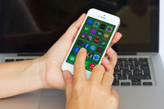Hand som rymmer Apple Iphone 5s Arkivbild