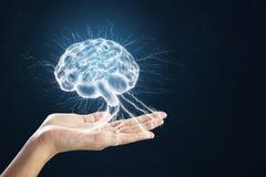 Hand som rymmer den digitala hjärnan royaltyfri foto