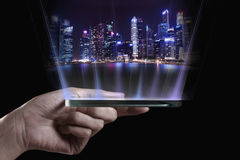 Hand som rymmer den genomskinliga smartphonen 3D Royaltyfri Bild
