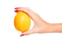 hand som rymmer den mänskliga citronen - yellow Royaltyfri Fotografi
