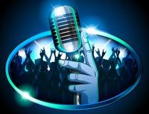 Hand som rymmer den Retro Mic-/mikrofonen främst av den enorma silhouetted folkmassan vektor illustrationer