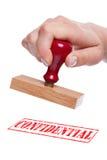 hand som rymmer den rubber stämpeln wordconfident Arkivbilder