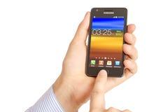 Hand som rymmer den Samsung galaxen S2 Royaltyfria Bilder