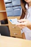 Hand som rymmer det smarta kortet i sjukhus Arkivfoto