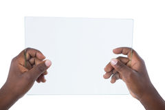 Hand som rymmer en glass digital minnestavla Arkivfoton