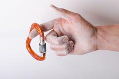 Hand som rymmer en karbin på ett rep Klättringutrustning som isoleras på en vit bakgrund Royaltyfri Bild