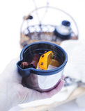 Hand som rymmer en kopp av funderat vin Royaltyfri Bild