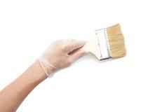 Hand som rymmer en ny bred borste Arkivbilder