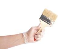 Hand som rymmer en ny bred borste Royaltyfria Bilder