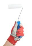 Hand som rymmer en ny målarfärgrulle Arkivbilder