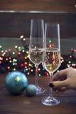 Hand som rymmer ett exponeringsglas av champagne Arkivfoton