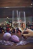 Hand som rymmer ett exponeringsglas av champagne Royaltyfria Bilder