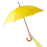 Hand som rymmer ett paraply Arkivbild