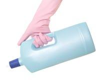 hand som rymmer ett tvättmedel Arkivbild