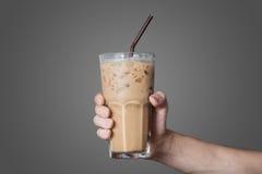 Hand som rymmer exponeringsglaset av kallt kaffe Royaltyfria Foton