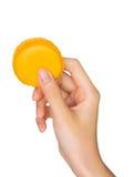 Hand som rymmer färgrika macarons Arkivbild