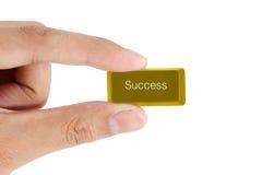 Hand som rymmer guld- framgångdatortangent Royaltyfri Fotografi