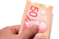 Hand som rymmer 50 kanadensiska dollar Arkivfoton