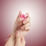 Hand som rymmer röd form för hjärta 3d av diamanten Royaltyfria Foton