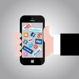 Hand som rymmer Smartphone med sociala massmediasymboler Royaltyfri Foto
