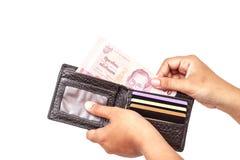 Hand som rymmer thai pengar isolerade Arkivfoto