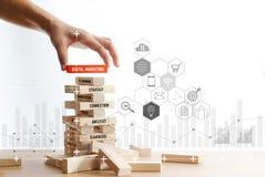 Hand som rymmer träkvarteret med digitalt marknadsföra ord med anslutning för digitalt nätverk för symbol på träkvarterstrukturen royaltyfria bilder