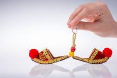 Hand som rymmer traditionella turkiska handgjorda skor Royaltyfri Bild