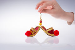 Hand som rymmer traditionella turkiska handgjorda skor Royaltyfria Foton