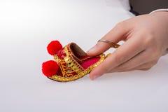 Hand som rymmer traditionella turkiska handgjorda skor Arkivbild
