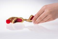 Hand som rymmer traditionella turkiska handgjorda skor Royaltyfria Bilder