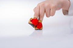 Hand som rymmer traditionella turkiska handgjorda skor Royaltyfri Foto