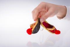 Hand som rymmer traditionella turkiska handgjorda skor Arkivbilder