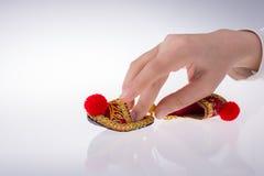 Hand som rymmer traditionella turkiska handgjorda skor Royaltyfri Fotografi