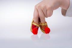 Hand som rymmer traditionella turkiska handgjorda skor Arkivfoton