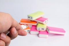 Hand som rymmer USB port för maktbanker Fotografering för Bildbyråer